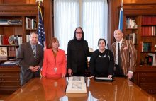 Todd Rundgren presents braille book to Library of Congress